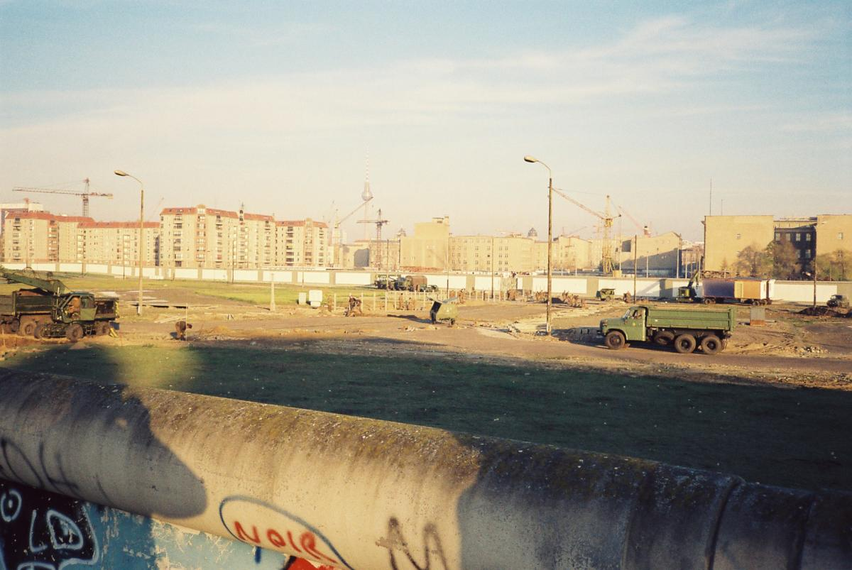 Blick über die Mauer am Potsdamer Platz. Man sieht den Todesstreifen mit innerer und äußerer Mauer.