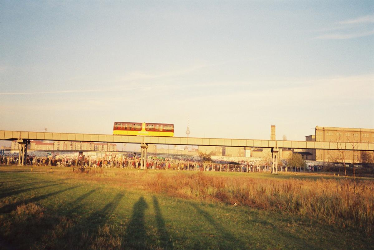 Eine Magnetbahn fuhr an der Mauer vorbei vom Tiergarten bis nach Kreuzberg.