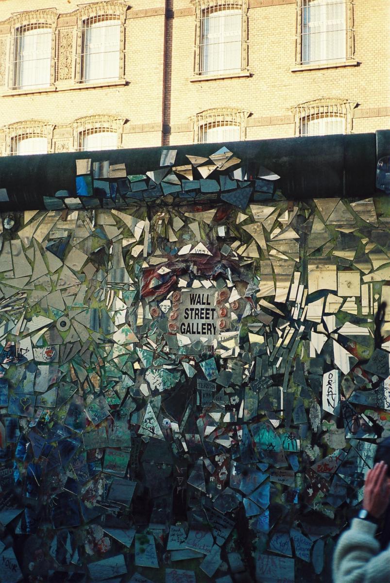Die Westberliner nutzen die Mauer als Graffitifläche.