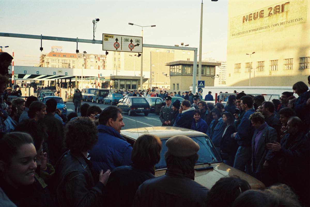 Über den Checkpoint Charly strömen die Trabbies.